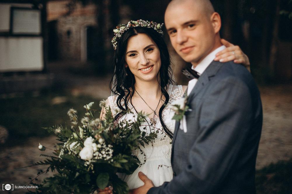 Sesja ślubna Natalii i Konrada o zachodzie słońca w Olchowym Gościńcu pod Zieloną Górą