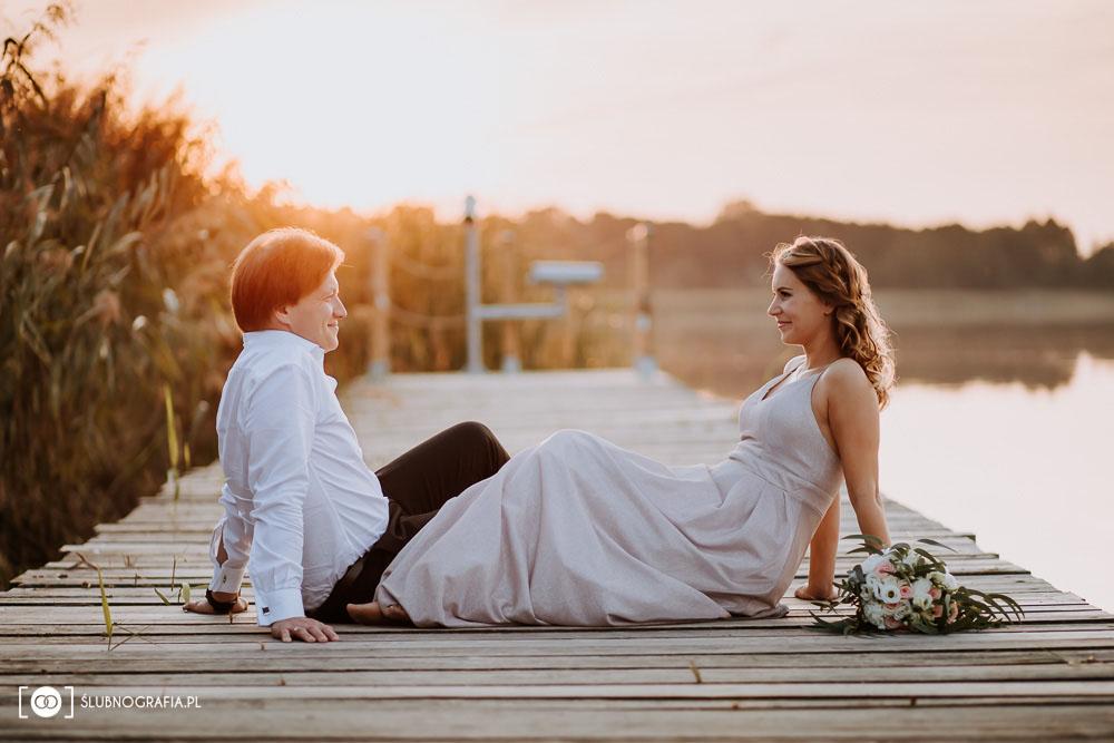 Sesja ślubna Ani i Jacka w lesie i nad jeziorem o zachodzie słońca