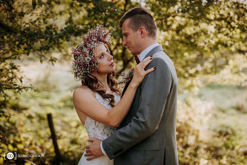 Plenerowe zdjęcia ślubne o zachodzie słońca