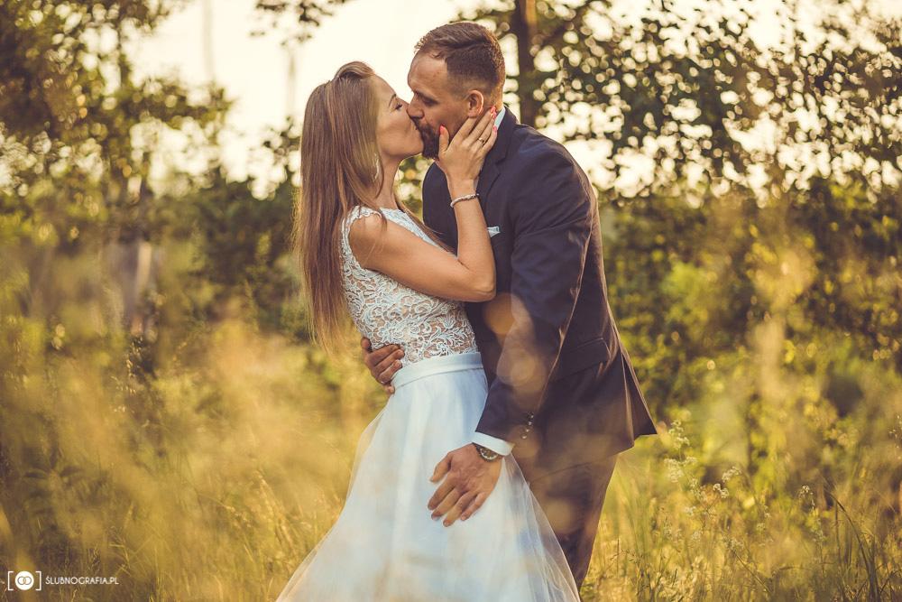 Plenerowa sesja ślubna<br>w Łysym Młynie