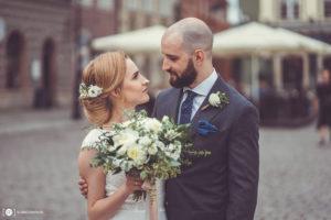 Karolina i Tomek po swoim ślubie na Starym Rynku w Poznaniu